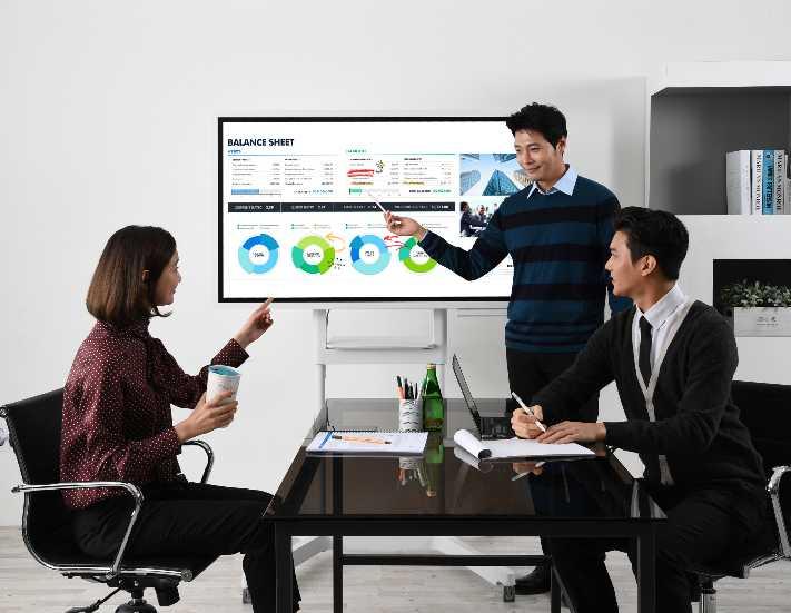 Toplantı odalarında Samsung Flip Dijital Flipchart konforu