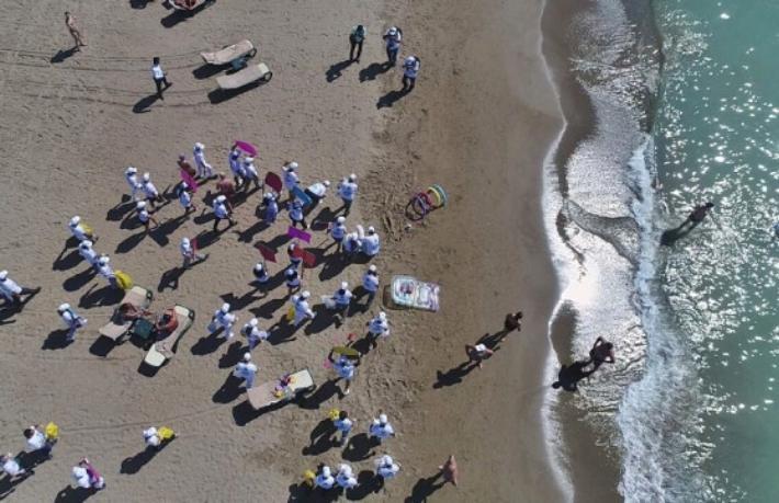 'Dünya Temizlik Günü'nde turistler sahilleri temizledi