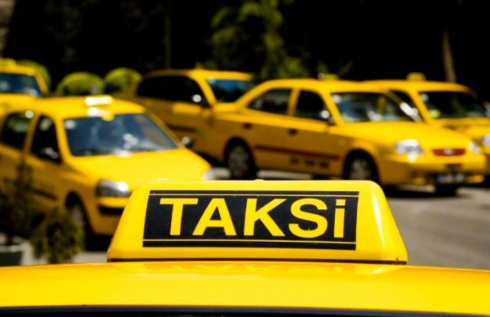 Brezilyalı turistler gasp edilip taksiden atıldı