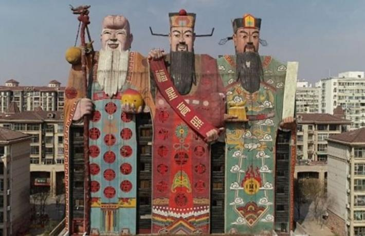 Çin'de üç tanrı heykeli şeklinde otel