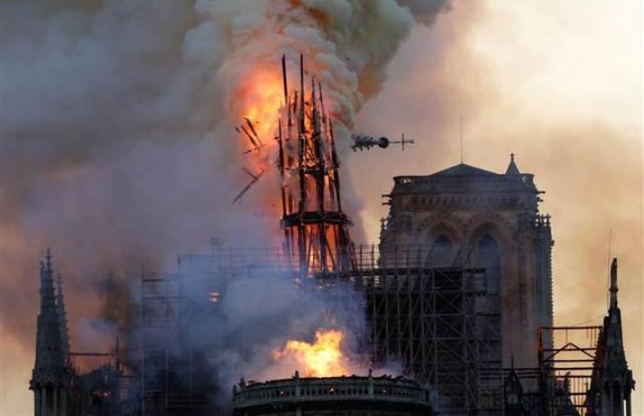 Dünyaca ünlü Notre Dame Katedrali yandı