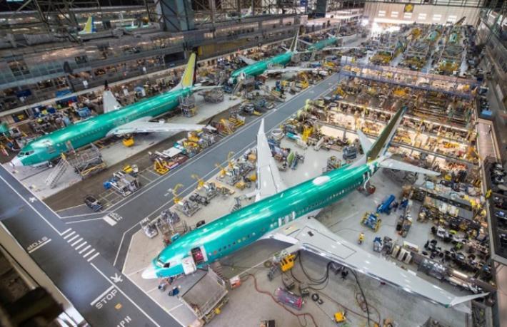 O uçak Boeing'in üstüne düştü