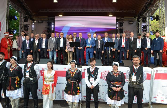 Rusya'da yağmura rağmen Türkiye Festivali'ne büyük ilgi