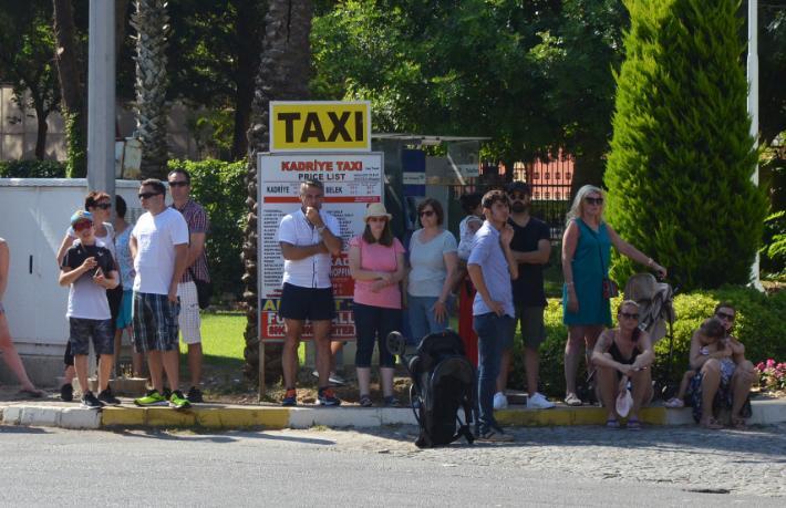 Serik'te taksicilerle oteller karşı karşıya geldi