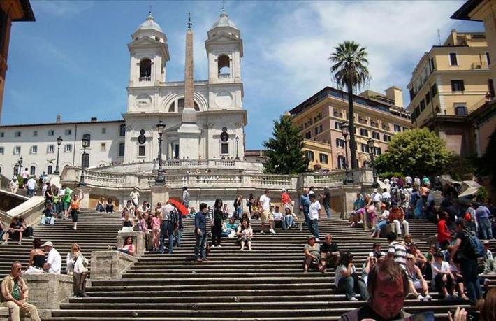 Roma'da turiste merdiven yasağı