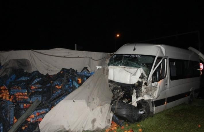 Tur minibüsü kaza yaptı: 5'i turist 6 yaralı