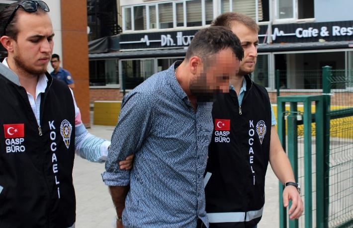 Taksici otoyolda zorla indirdiği turisti gasp etti