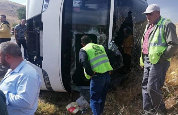 Afyonkarahisar'da turist otobüsü devrildi: 1 ölü, 30 yaralı