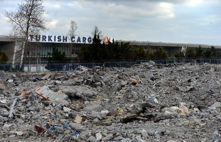 Atatürk Havalimanı kargo bölümü tamamen yıkıldı