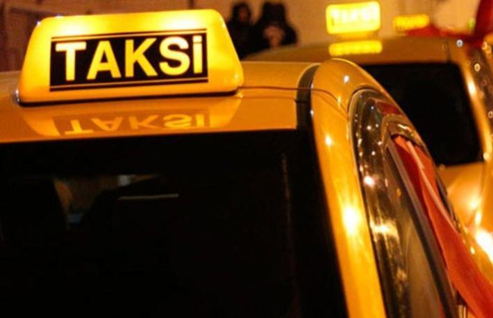 Taksiciler turizm şirketi aracının önünü kesip evrak kontrolü yaptı