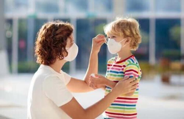 Sarışın çocuk ve maske