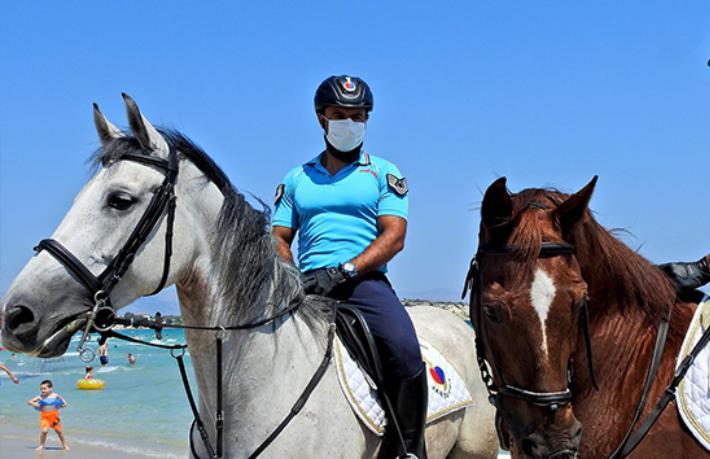 Çeşme'de turistler Atlı Jandarma Timi'ne emanet