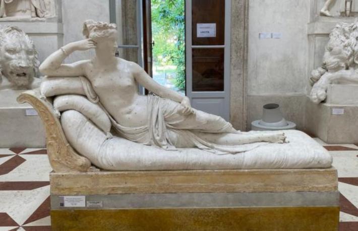 Selfie çekmek isteyen turist, heykelin parmaklarını kırdı