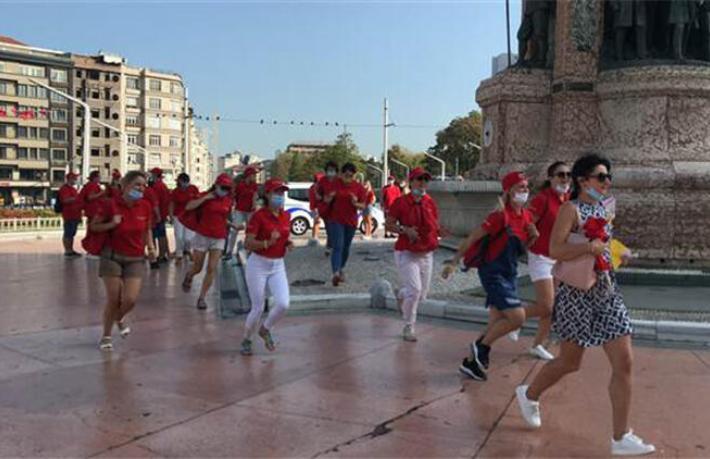 100 kişilik Ukraynalı turist grubu Taksim'i coşturdu