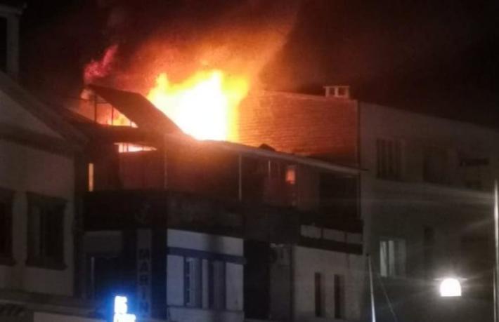 Restoranda çıkan yangın oteli de yaktı