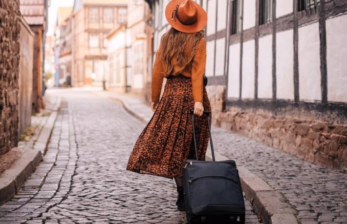 Sokağa çıkmak yasak, seyahat serbest