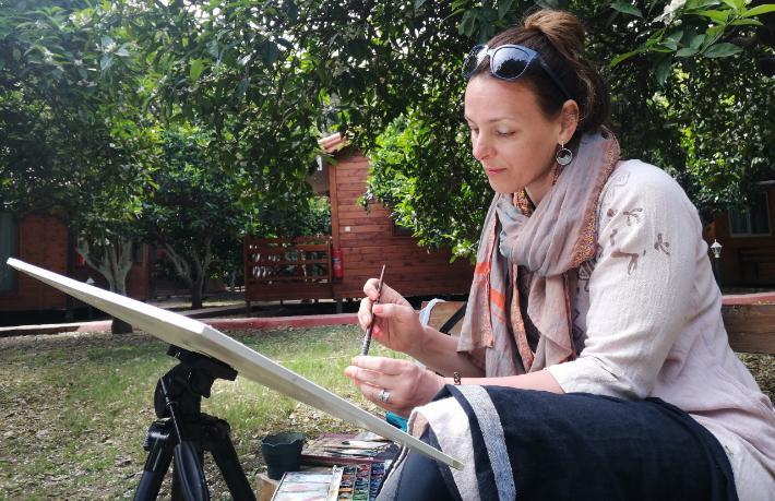 Rus turist baharı Çıralı'da resmediyor