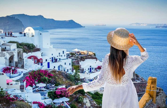 Yunanistan turistlere karantinayı kaldırıyor