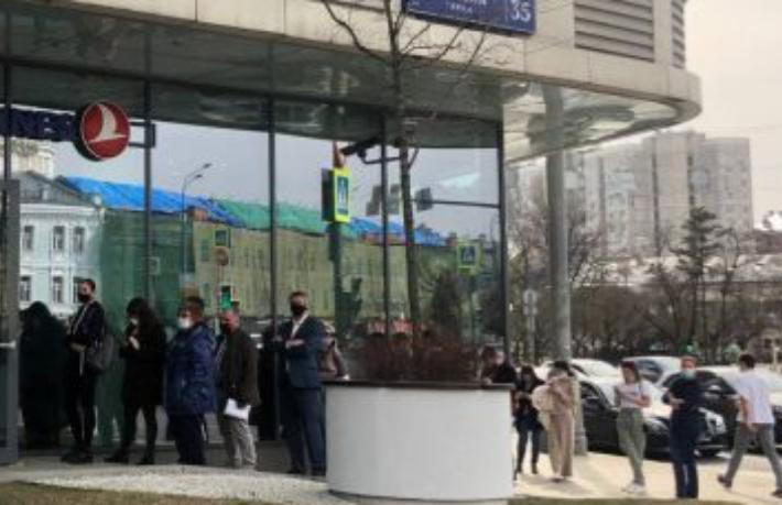 Rus turistler THY ofisi önünde uzun kuyruk oluşturdu