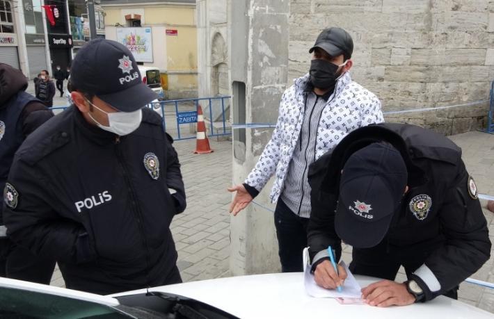 Taksim'e turist gibi gelen iki göçmene ceza