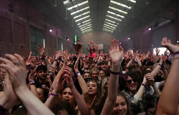 İngiltere'de gece kulübünde binlerce kişiyle ilk eğlence