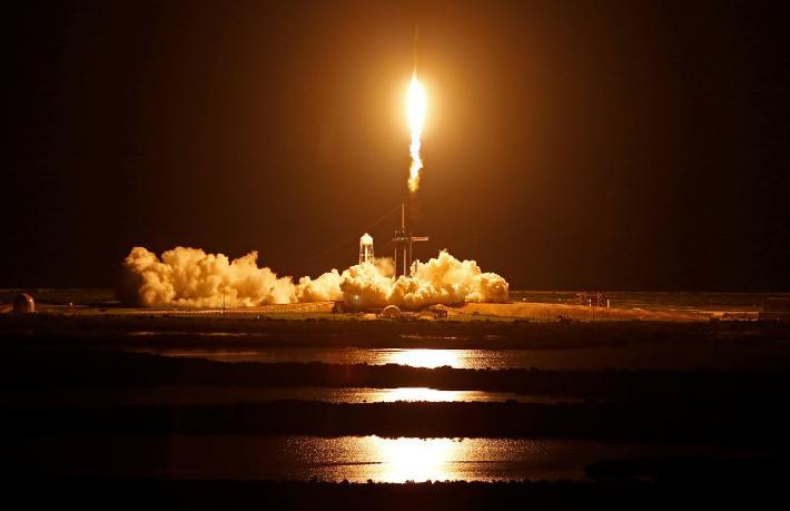 Tarihi uçuş başladı... Uzay turistleri yola çıktı