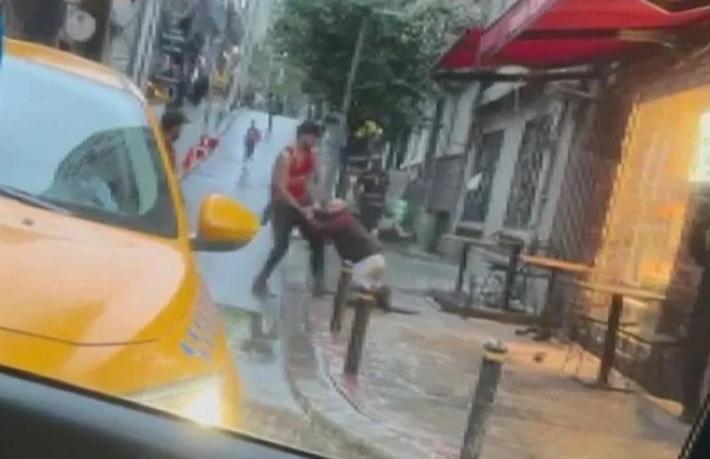 Turist otel çalışanını sokak ortasında dövdü